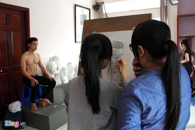 Nam sinh Sài Gòn làm người mẫu phục vụ thi đại học - Ảnh 4