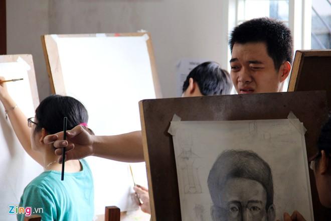 Nam sinh Sài Gòn làm người mẫu phục vụ thi đại học - Ảnh 6