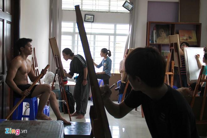 Nam sinh Sài Gòn làm người mẫu phục vụ thi đại học - Ảnh 7