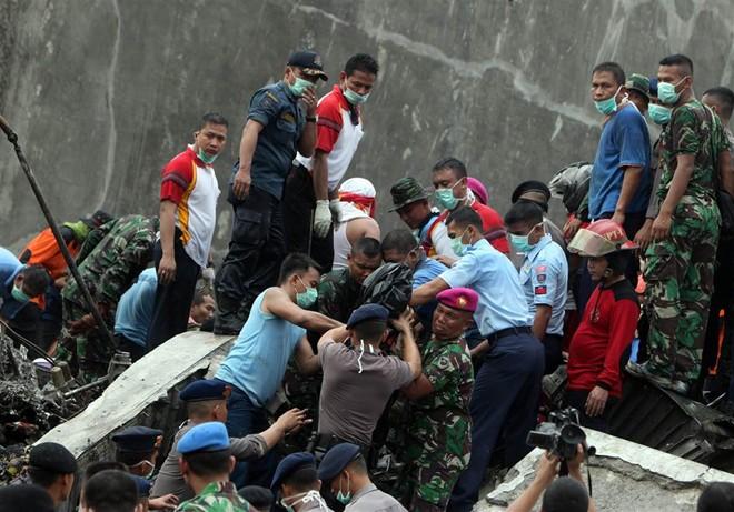 Đưa 141 thi thể nạn nhân ra khỏi hiện trường máy bay rơi - Ảnh 1