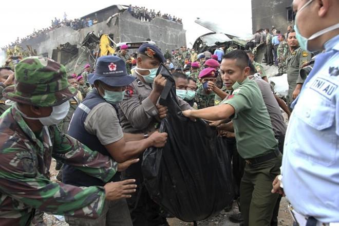 Đưa 141 thi thể nạn nhân ra khỏi hiện trường máy bay rơi - Ảnh 2