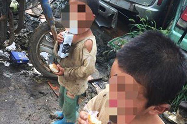 Xót xa hai cậu bé bị bố mẹ bỏ rơi sống trong chuồng chó - Ảnh 2