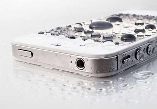 Những mẹo đơn giản để cứu smartphone bị dính nước - Ảnh 1
