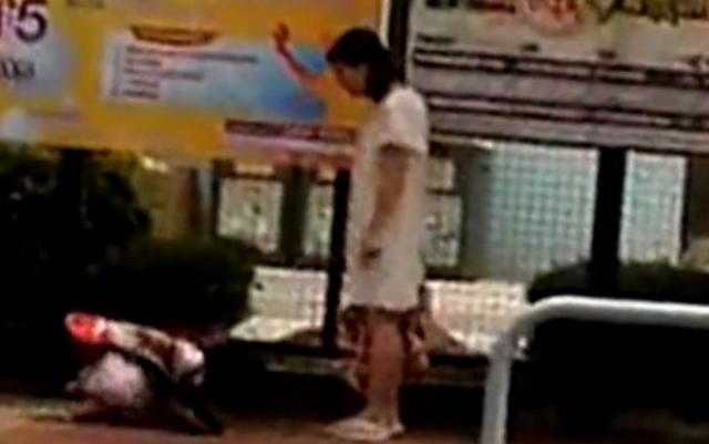 Phẫn nộ mẹ bắt con gái 6 tuổi dập đầu xin lỗi lia lịa trên đường - Ảnh 1