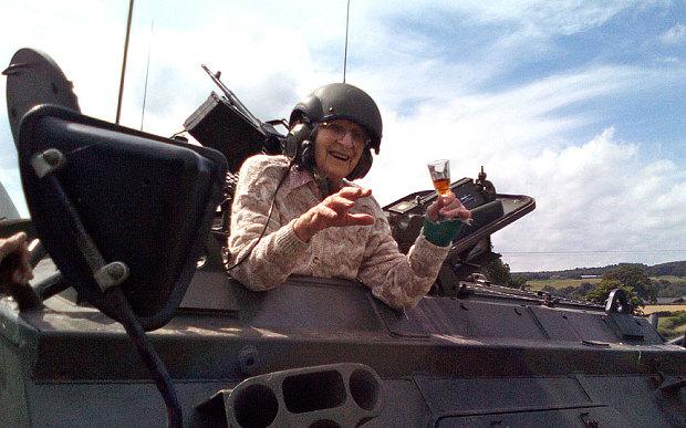 Cụ bà lái xe tăng ăn mừng thượng thọ 101 tuổi - Ảnh 2