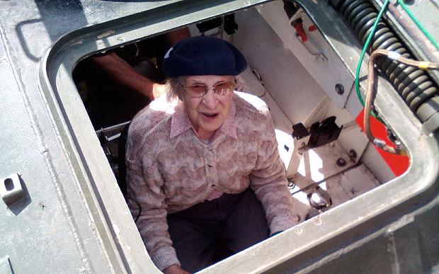 Cụ bà lái xe tăng ăn mừng thượng thọ 101 tuổi - Ảnh 1