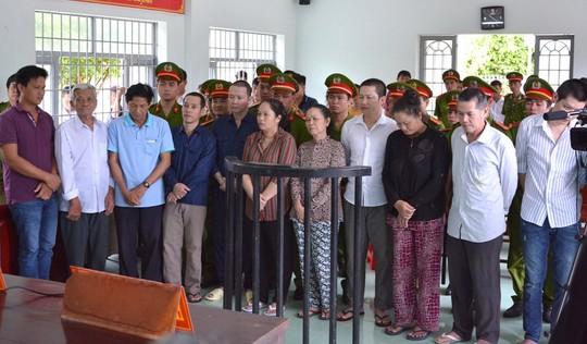 Nhóm người tạt axit vào đoàn cưỡng chế lĩnh 33 năm tù - Ảnh 1