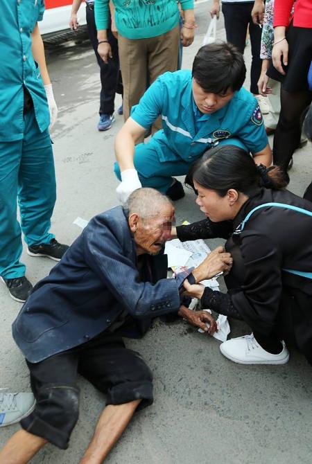 Sợ bị vạ lây, người dân chỉ dám cứu người sau khi đã chụp ảnh làm bằng chứng - Ảnh 4