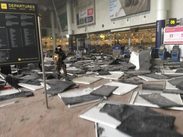 Sân bay Bỉ đổ nát và hỗn loạn sau 2 vụ nổ liên tiếp  - Ảnh 1