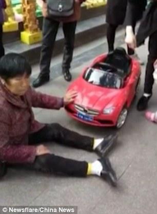 Ngán ngẩm nhìn người phụ nữ nằm lăn ra đường ăn vạ vì bị ô tô đồ chơi đâm - Ảnh 2