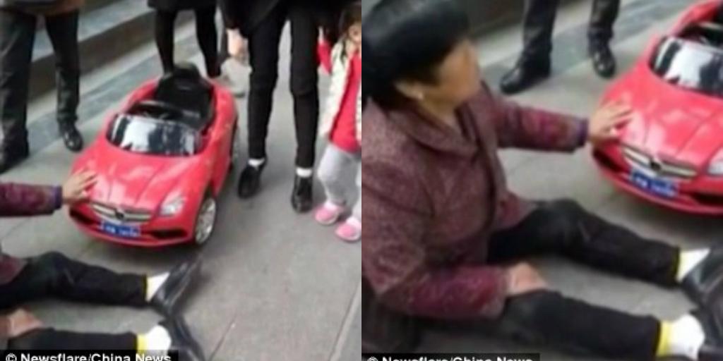 Ngán ngẩm nhìn người phụ nữ nằm lăn ra đường ăn vạ vì bị ô tô đồ chơi đâm - Ảnh 1