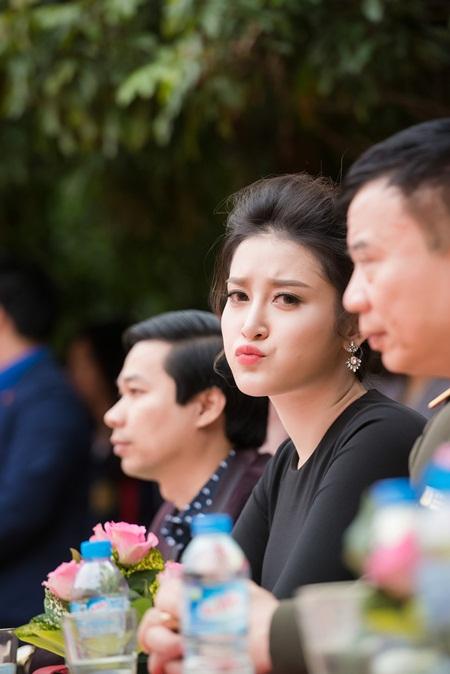 Á hậu Huyền My phối váy bình dân với phụ kiện hàng hiệu - Ảnh 3