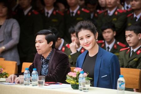 Á hậu Huyền My phối váy bình dân với phụ kiện hàng hiệu - Ảnh 2
