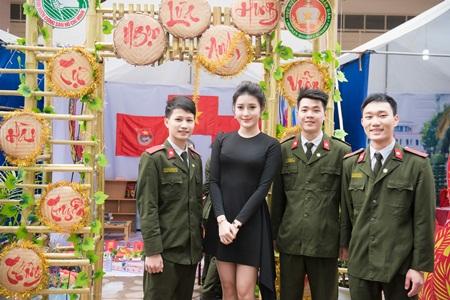 Á hậu Huyền My phối váy bình dân với phụ kiện hàng hiệu - Ảnh 8