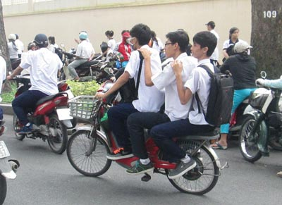 Học sinh vi phạm giao thông 2 lần bị buộc thôi học 1 tuần - Ảnh 1