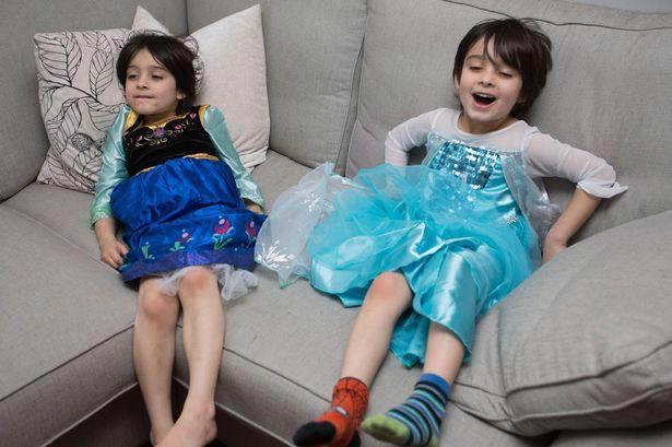 Hốt hoảng anh em sinh đôi thích mặc váy, chơi búp bê, chuyên gia nói gì? - Ảnh 1