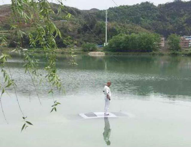 """Chết cười với người đàn ông lao ô tô xuống hồ chỉ vì lý do """"ngớ ngẩn"""" - Ảnh 1"""