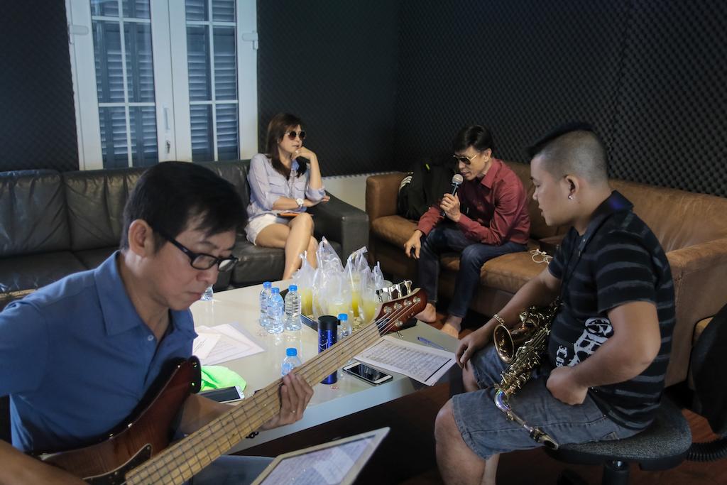 Lưu Bích mặc short ngắn trẻ trung tập nhạc bên anh trai Tuấn Ngọc - Ảnh 1