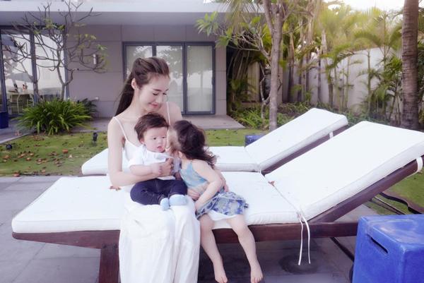 Facebook sao: Elly Trần hạnh phúc ngắm nhìn Cadie thơm má Alfie - Ảnh 1