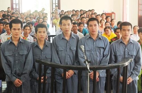 Nhóm thanh niên truy sát tận nhà nạn nhân vì mâu thuẫn khi hát karaoke - Ảnh 1