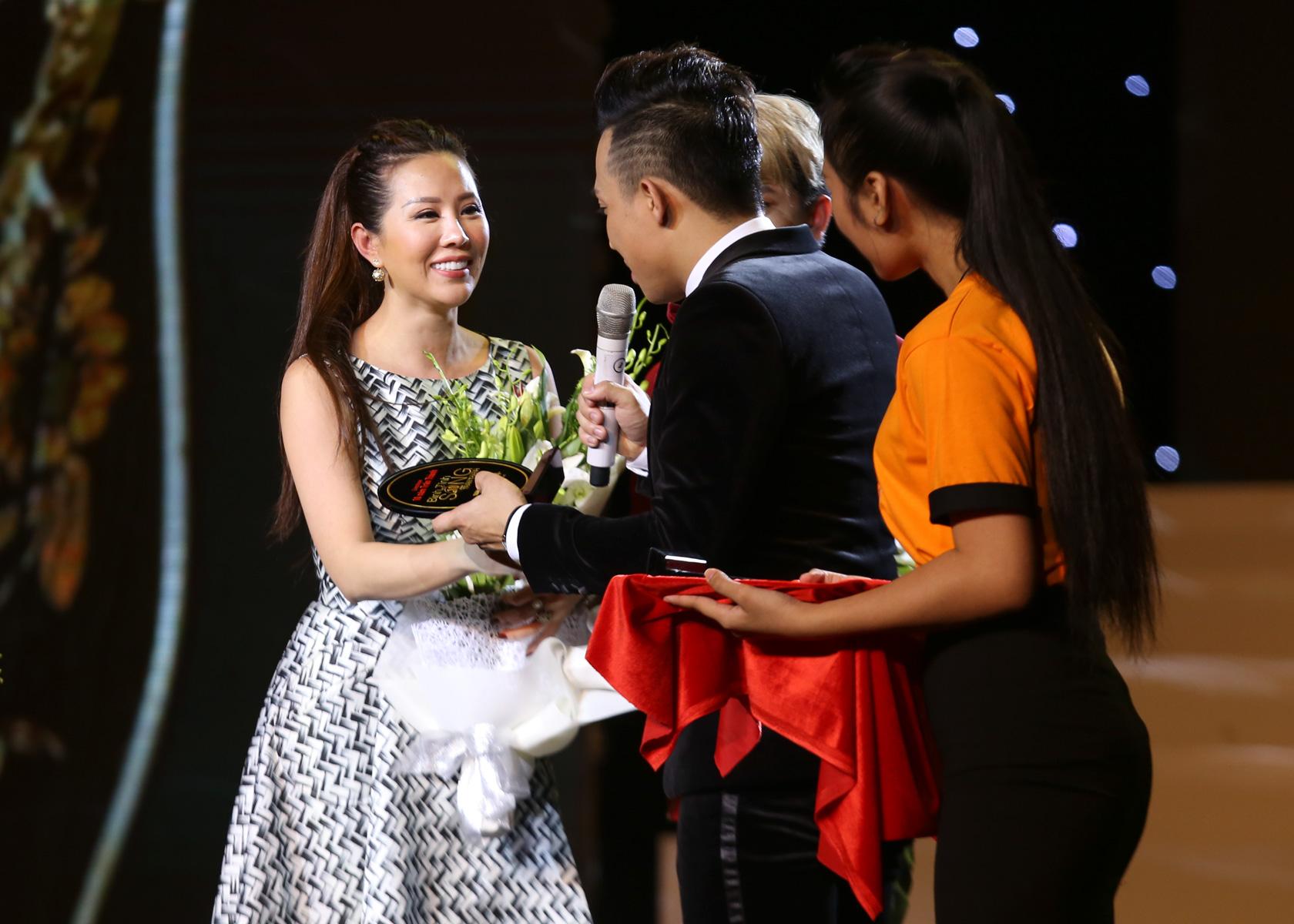 Hoa hậu Thu Hoài trẻ trung dẫn 3 con đi xem liveshow Trấn Thành - Ảnh 9