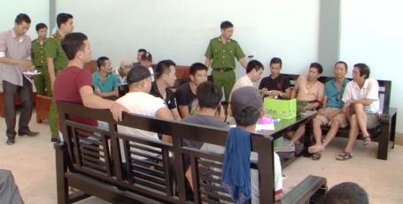 """Phá """"thủ phủ đá gà"""" hạng sang ở Quảng Bình, bắt giữ hàng trăm đối tượng - Ảnh 1"""