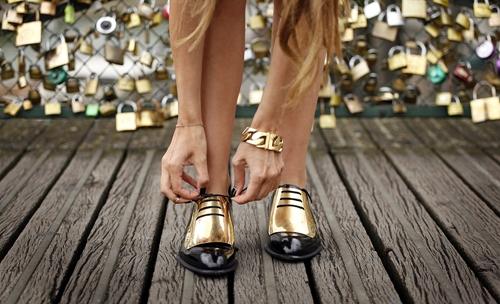 Chọn giày bệt trendy để thoải mái vui chơi ngày nghỉ lễ  - Ảnh 12