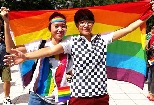 Cô gái cầu vồng đạp xe 2.000 km vì người đồng tính - Ảnh 2