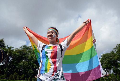 Cô gái cầu vồng đạp xe 2.000 km vì người đồng tính - Ảnh 3