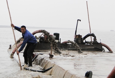 Nạn cát tặc: Dưới sông quyết liệt, trên bờ dửng dưng - Ảnh 1