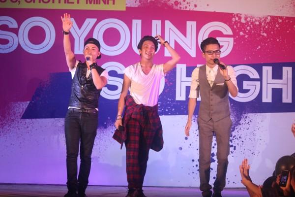 """Các chàng trai 5S Online """"khóa môi"""" ngay trên sân khấu thành Vinh - Ảnh 3"""
