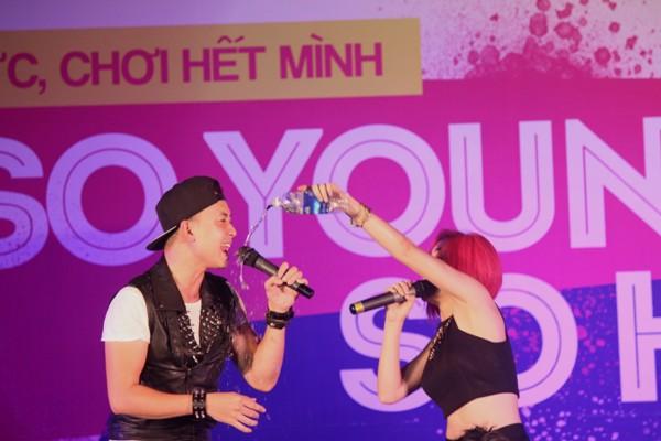"""Các chàng trai 5S Online """"khóa môi"""" ngay trên sân khấu thành Vinh - Ảnh 9"""
