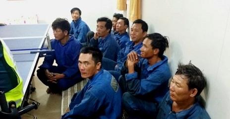 Cứu sống 9 thủy thủ Việt Nam trôi dạt gần lãnh hải Singapore - Ảnh 1