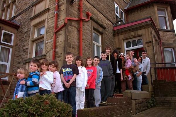 Gia đình đông con nhất nước Anh, đón nhận thêm thành viên thứ 20 - Ảnh 1