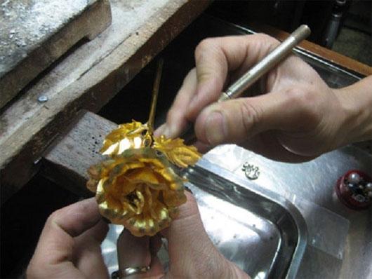 """Quy trình làm hoa hồng dát vàng và bí kíp nhận biết """"hàng fake"""" - Ảnh 1"""
