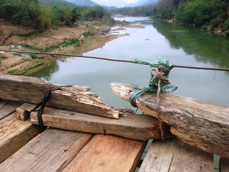 Giật mình: Cầu treo được néo bằng... dây chun, dây lạt - Ảnh 1