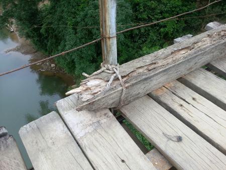 Giật mình: Cầu treo được néo bằng... dây chun, dây lạt - Ảnh 6