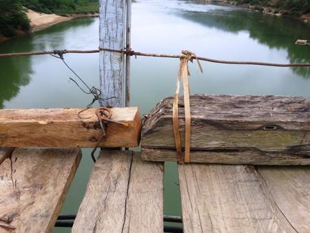 Giật mình: Cầu treo được néo bằng... dây chun, dây lạt - Ảnh 8