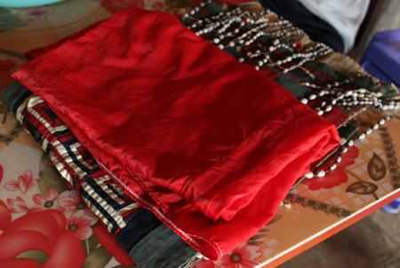Tục lệ con dâu mặc áo đỏ, quạt ma cho người mất - Ảnh 3