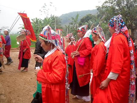 Tục lệ con dâu mặc áo đỏ, quạt ma cho người mất - Ảnh 1