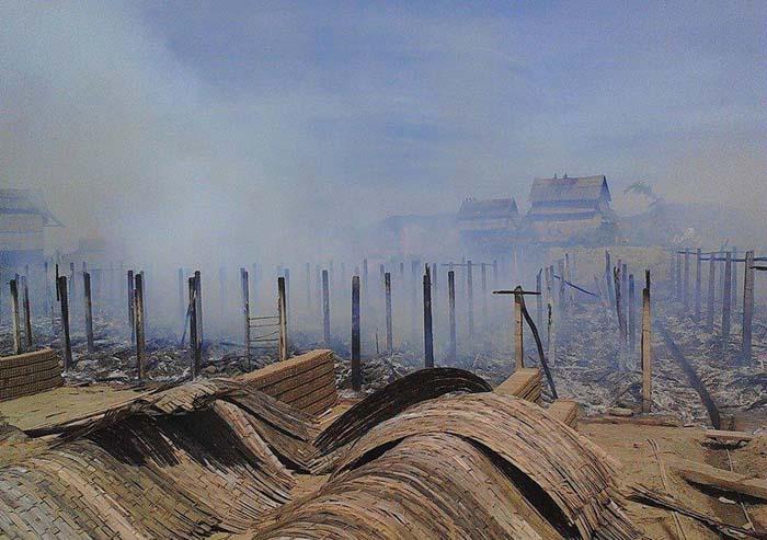 Lò gạch bùng cháy, khu làng nghề bị thiêu rụi - Ảnh 2