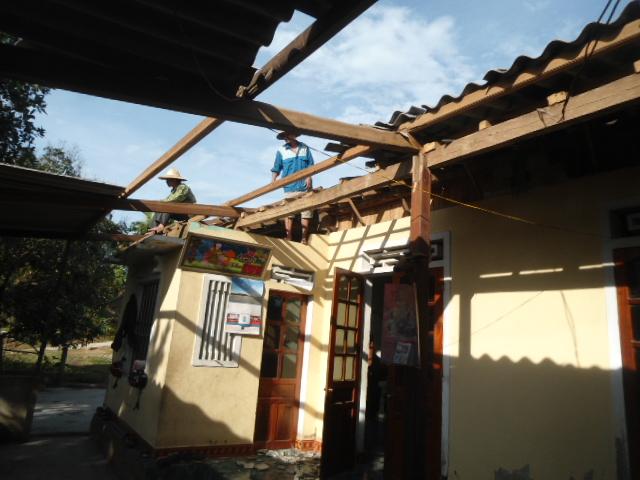 Hà Tĩnh: Lốc xoáy, kèm mưa đá khiến hàng trăm ngôi nhà bị tốc mái - Ảnh 1