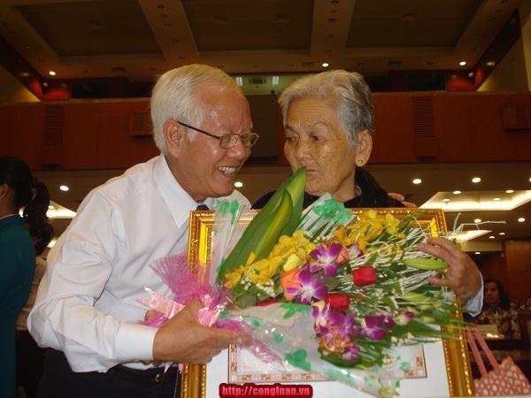 TP HCM: Trao danh hiệu cho 89 mẹ Việt Nam Anh hùng - Ảnh 2
