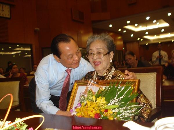 TP HCM: Trao danh hiệu cho 89 mẹ Việt Nam Anh hùng - Ảnh 3