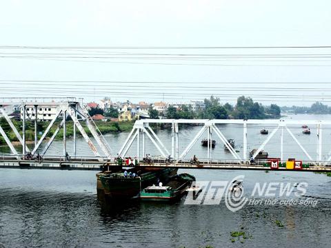 """""""Tử thần"""" rình rập trên những chiếc cầu qua sông Sài Gòn - Ảnh 1"""