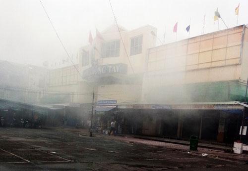 Cháy chợ đêm ở Sài Gòn, tiểu thương cuống cuồng di dời đồ đạc - Ảnh 1