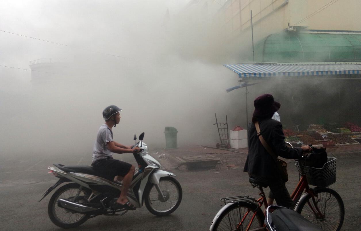 Cháy chợ đêm ở Sài Gòn, tiểu thương cuống cuồng di dời đồ đạc - Ảnh 2