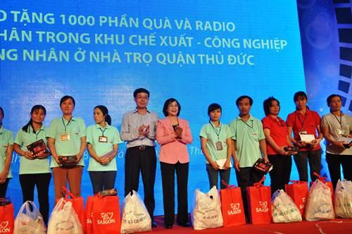 1.000 chiếc radio đầu tiên được trao đến tay các công nhân - Ảnh 1