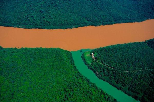 Kỳ lạ những dòng sông hai màu nước trên thế giới - Ảnh 8