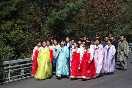 Tục lệ xưa kỳ lạ: Mặc quần dài là vi phạm pháp luật Triều Tiên - Ảnh 1